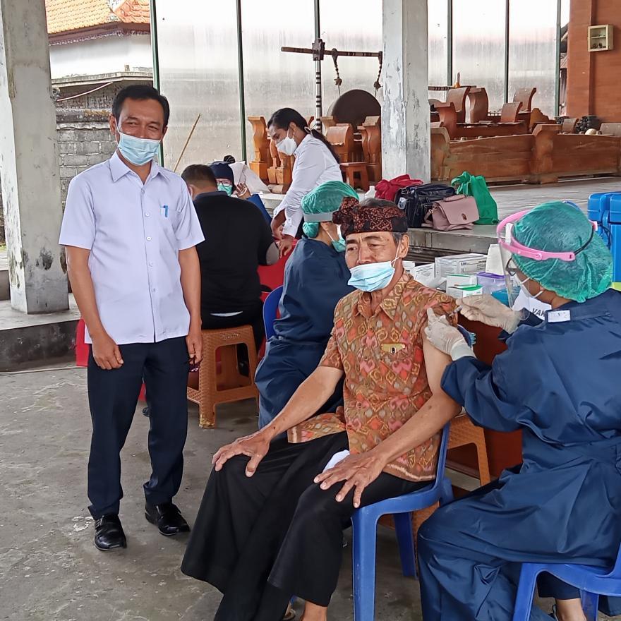 Vaksinasi Lansia tahap I Desa Tiga di Desa Adat Kayuambua