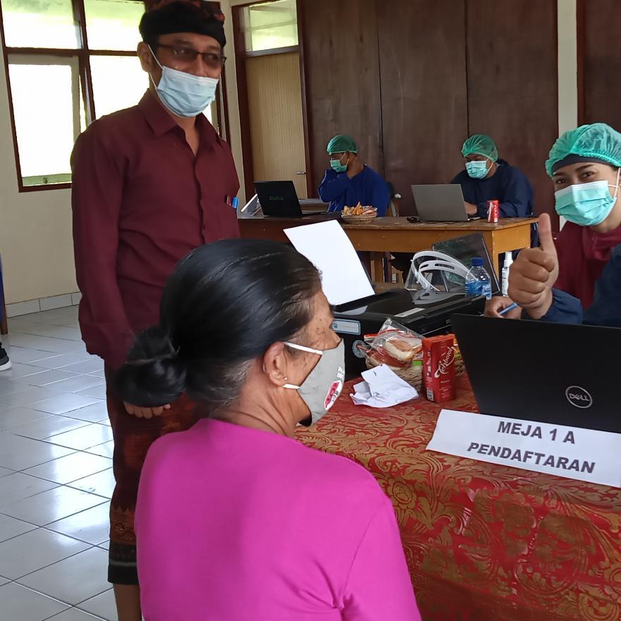Vaksinasi Lansia tahap I Desa Tiga di Desa Adat Pukuh